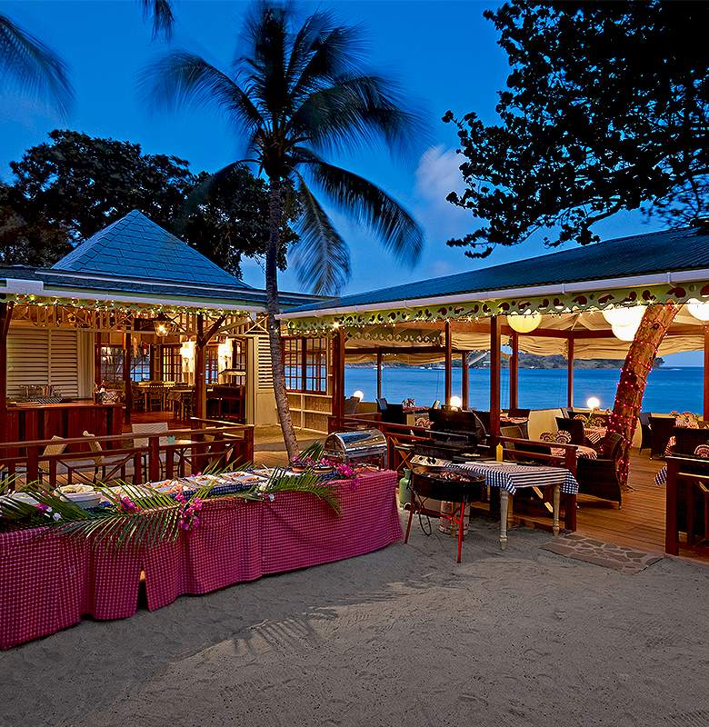The hotels main restaurant Bagatelle is located right on the stunning Friendship Beach